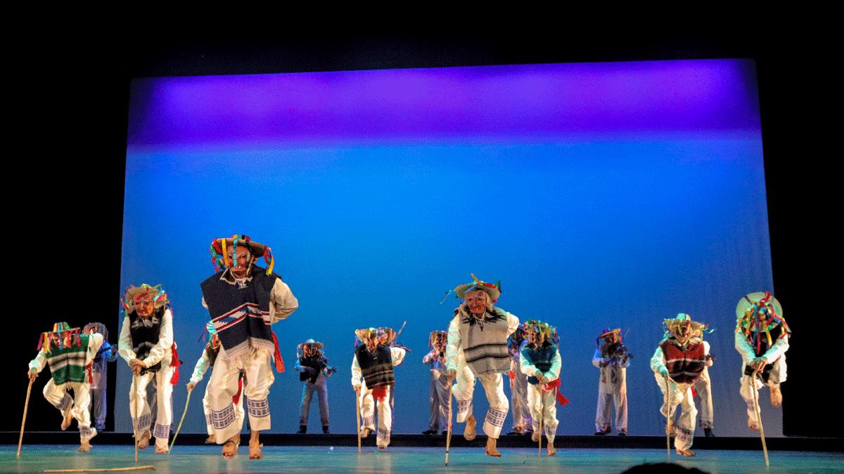 bailarines realizando la danza de los viejitos